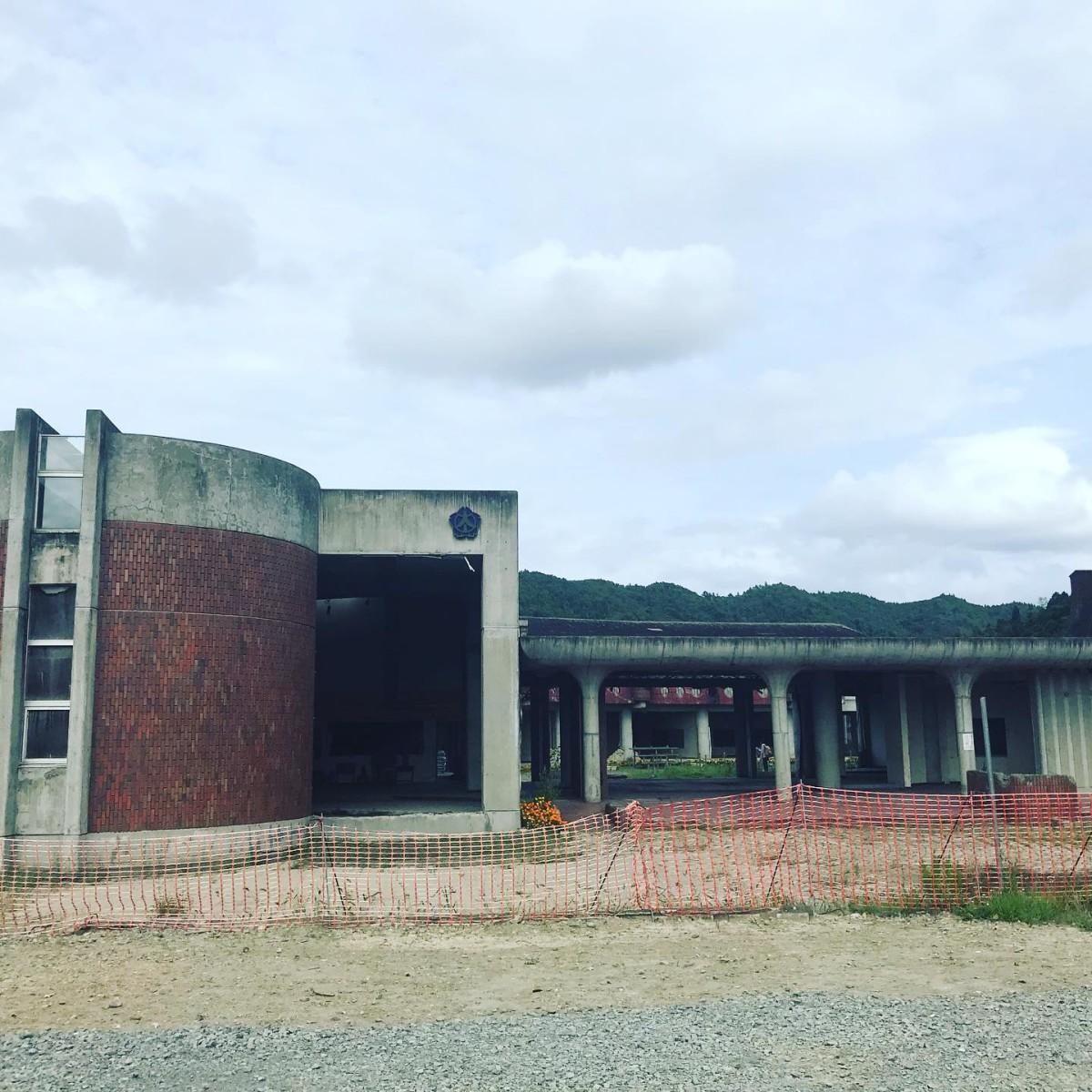 昨日は津波で74名の児童と10名の先生たちが命を落としてしまった大川小学校へ。